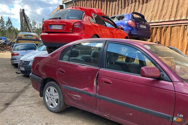 Tikkurilan Romu Oy Scrapping a car